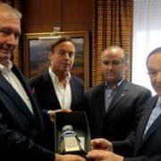 Del Real entrega un obsequio al empresario Mario Lama.